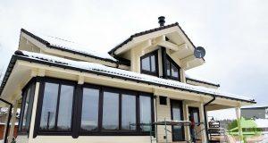 Деревянные окна в чистовой обсаде с наличниками изнутри и снаружи okna-fresh.ru